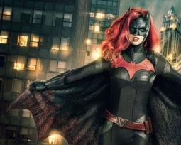 Batwoman | ¡La serie estrena nuevo póster e imagen promocional! (Con el traje de Batman)